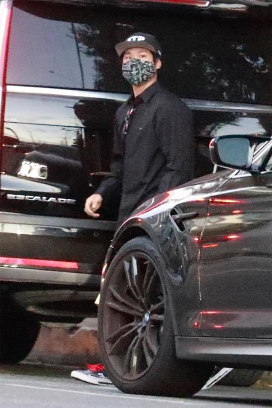 Pax Thiên và mẹ được vệ sĩ chở đến một nhà hàng tại Tây Hollywood, Los Angeles.