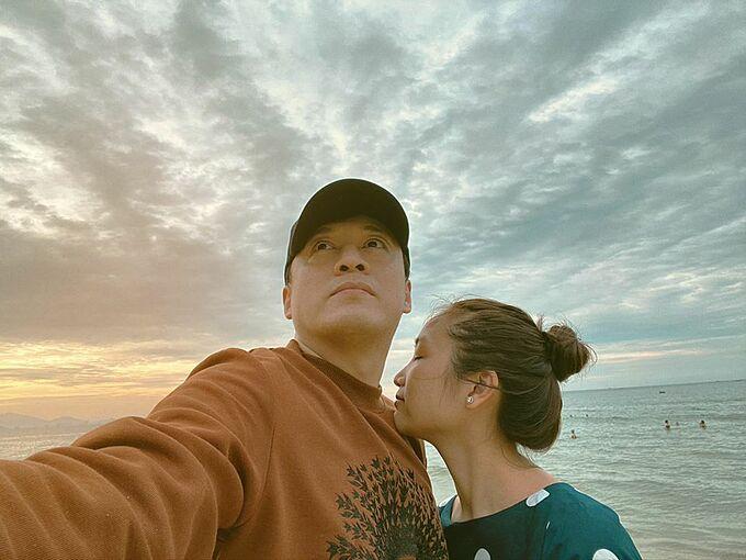 Bên em là biển rộng, ca sĩ Lam Trường chia sẻ ảnh tình cảm bên bà xã Yến Phương khi du lịch tại Đà Nẵng.