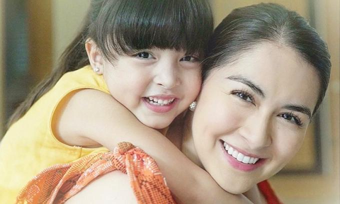 Marian Rivera và con gái đầu lòng Zia Dantes. Marian Rivera (sinh năm 1984) được biết đến như nữ hoàng màn ảnh, nữ diễn viên đẹp nhất Philippines suốt thập kỷ qua. Chị đóng nhiều phim nổi tiếng như Nàng tiên cá, MariMar, Dyesebel, Darna, Amaya, được mệnh danh là mỹ nhân đẹp nhất Philippines, đã kết hôn với tài tử Dingdong Dantes và có con gái đầu lòng Zia, con trai Ziggy.