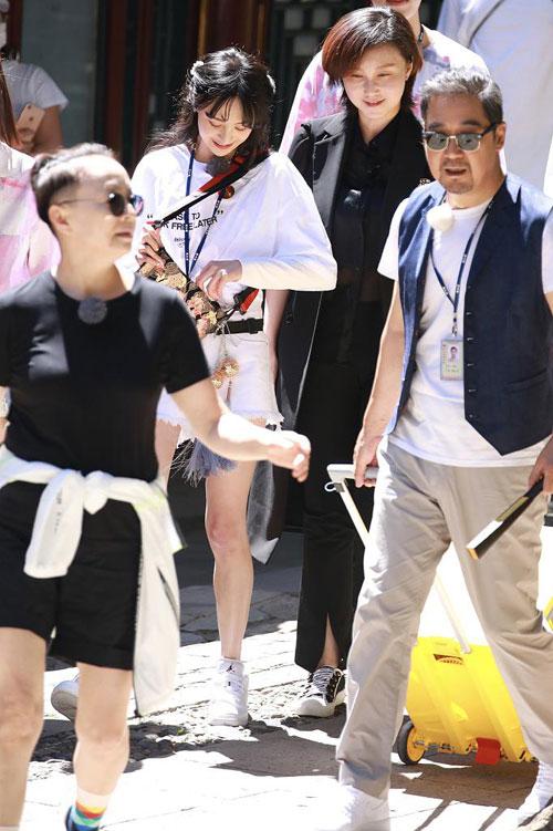 Dưới nắng, gương mặt Trịnh Sảng rạng rỡ, xinh đẹp. Cô hiện rất bận rộn với các show truyền hình thực tế.