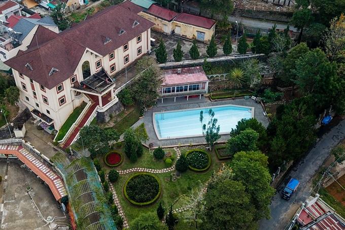 [Caption]Bể bơi không nước trong biệt điện Trần Lệ Xuân, tọa lạc trên một ngọn đồi đường Yết Kiêu, Đà Lạt trở thành điểm check-in hút du khách. Biệt điện được xây dựng từ năm 1958, hiện mở cửa cho khách tham quan với giá vé 20.000 đồng/người.
