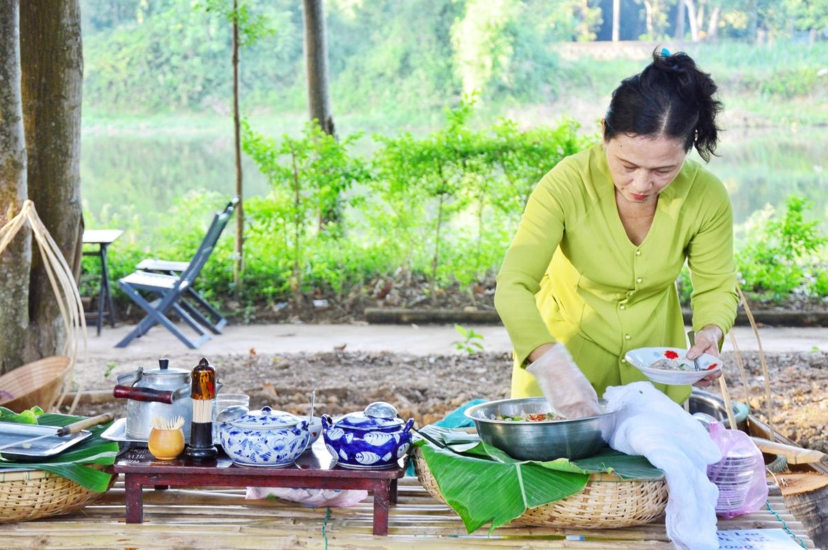 Nhiều món đặc trưng địa phương thu hút du khách ở chợ phiên Hương xưa làng cổ hôm 11/7. Ảnh: Trân Ơi.