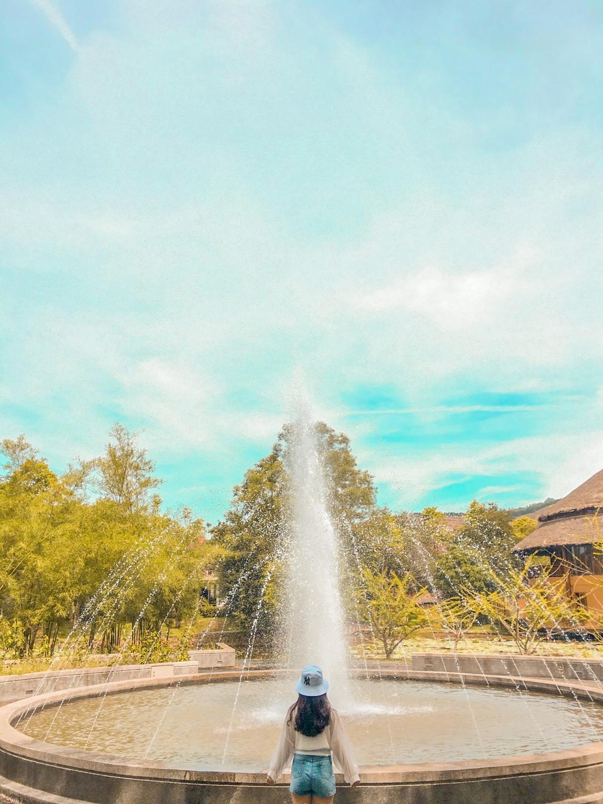 Suối nước nóng Alba Thanh Tân (huyện Phong Điền) - điểm đến được nhiều người yêu thích mùa hè - sẽ cho bạn trăm góc ảnh đẹp. Khu du lịch này được xây dựng trên diện tích 50 ha, nổi bật với những suối nước nóng tự nhiên, phù hợp cho người lớn tuổi.