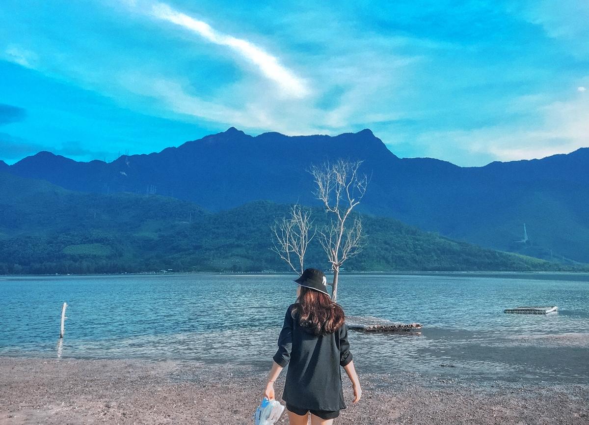 Đầm Lập An (huyện Phú Lộc) hút du khách bởi vẻ đẹp tự nhiên, như bức tranh thủy mặc. Nơi đây có tên gọi khác là An Cư, diện tích khoảng 800 ha, nằm gần trục đường quốc lộ 1A, nối Đà Nẵng đến Huế. Đầm tọa lạc dưới chân đèo Phú Gia, bao bọc quanh đầm là dãy núi Bạch Mã, một bên là vịnh Lăng Cô với màu nước xanh như ngọc.