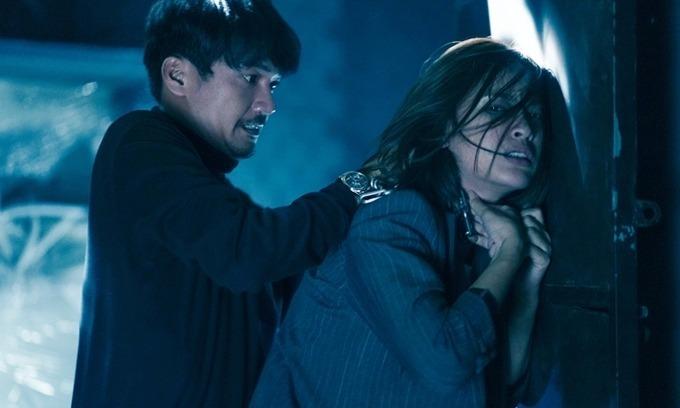 Ái Phương đánh nhau với Quang Tuấn trong phim.