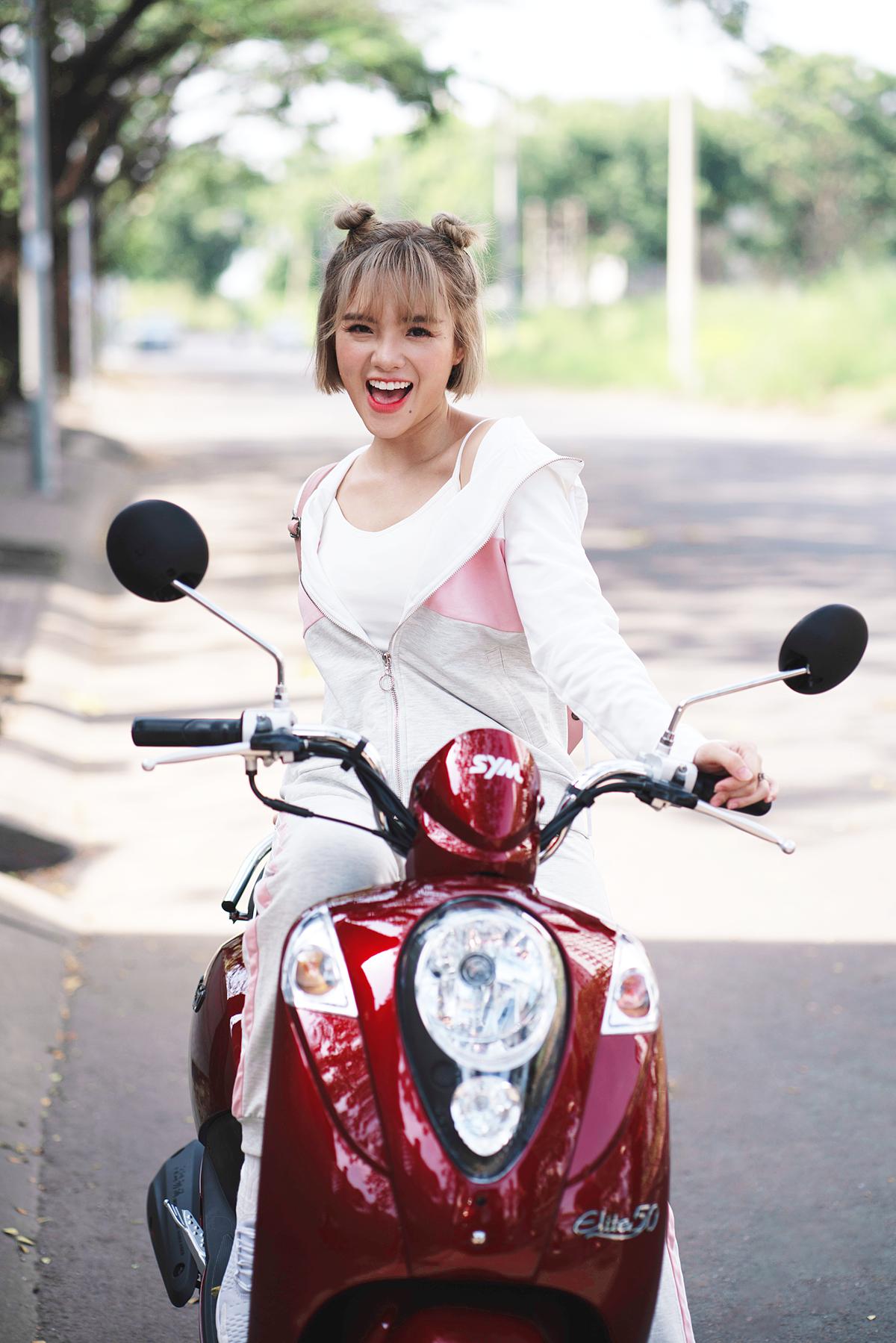 Đầu tiên là xe Elite 50cc. Mẫu xe đốn tim các cô gái trẻ bởi kiểu dáng mang phong cách cổ điển của thập niên 70, kết hợp cùng những tính năng hiện đại như đèn halogen, ổ khóa 4 trong 1, cốp xe rộng...