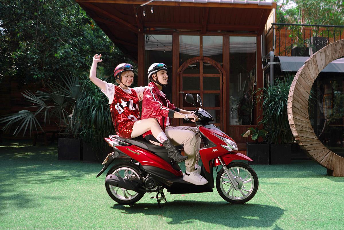 Thứ hai là Passing 50cc mới ra mắt trong mùa hè này. Dòng xe tạo cảm giác phấn khích cho người lái với thiết kế góc cạnh, thân xe theo hình thể khí động học tạo dáng lướt gió, bộ đèn pha Halogen sắc cạnh, sàn để chân rộng rãi, móc treo đồ tiện lợi cùng cốp xe rộng.