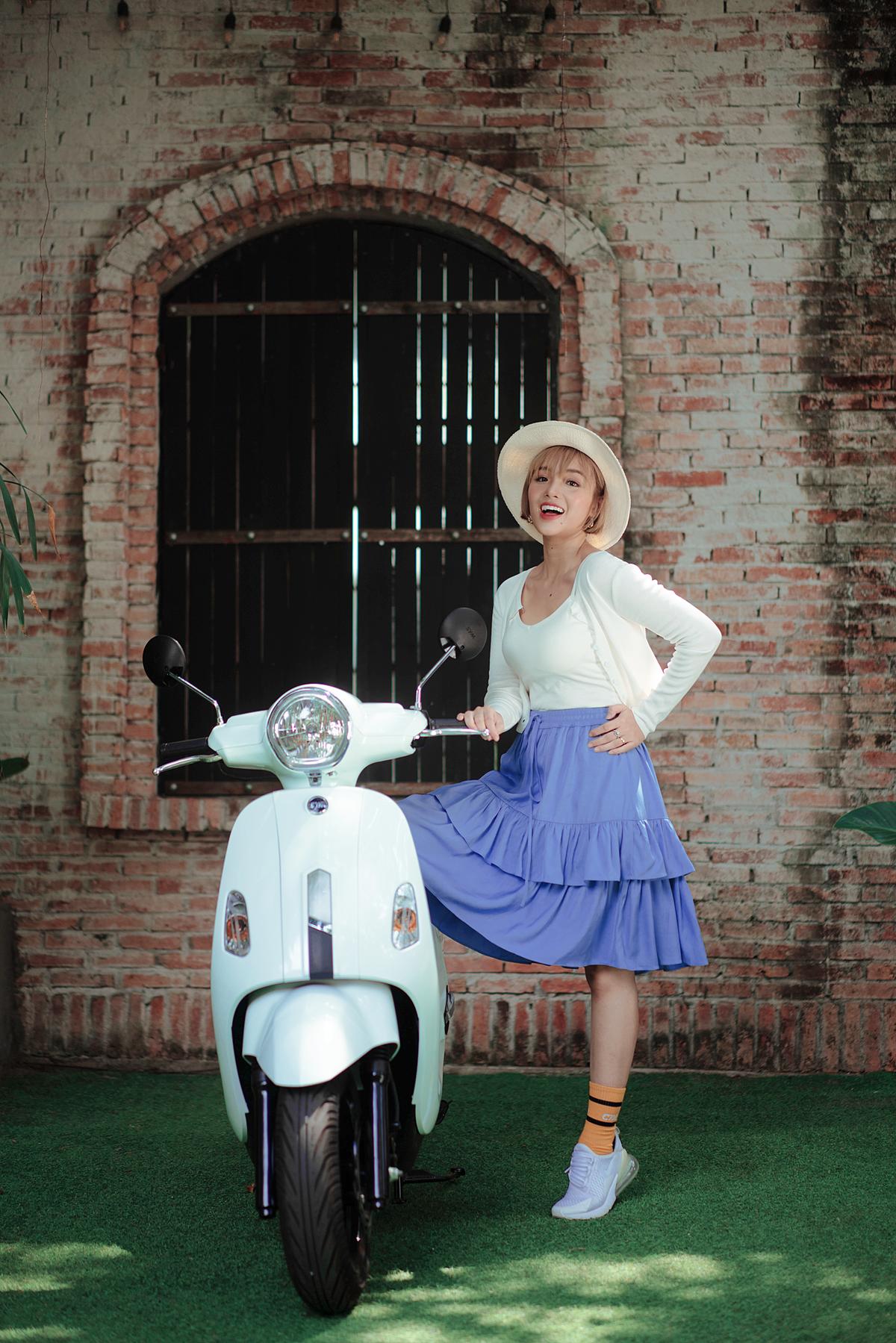Thứ ba là  Atilla 50cc với thiết kế thanh lịch. Mẫu xe được các bạn gái trẻ lựa chọn như một phụ kiện trang sức bởi có khả năng kết hợp cùng nhiều phong cách thời trang khác nhau từ đi học, chơi, đi làm, tiệc tùng...
