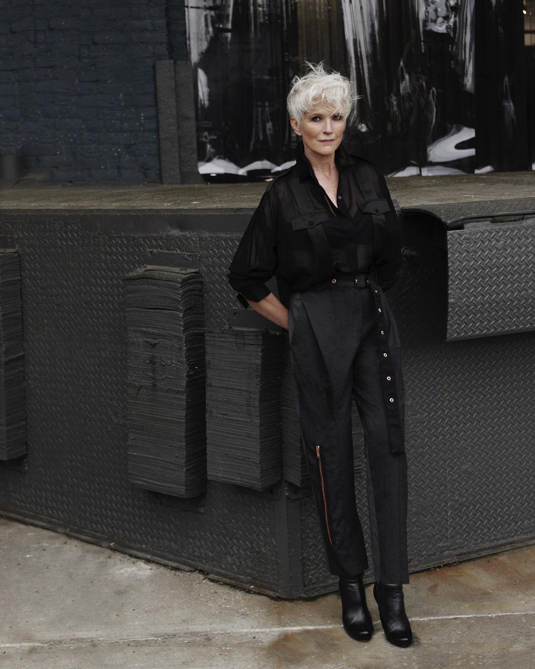 Ở độ tuổi 72, bà Maye vẫn khá đắt show chụp hình thời trang.