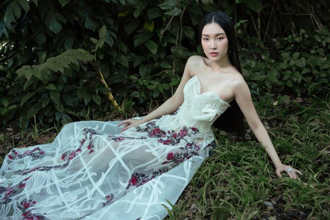 Ngọc Trân đẹp mong manh như nàng công chúa với thiết kế xuyên thấu, hở vai của Hoàng Hải.