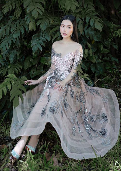 Cô rất thích các kiểu váy áo đính kết họa tiết tỉ mỉ, tinh tế.