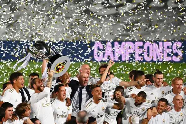 HLV Zidane và các học trò hân hoan nâng Cup ngay tại sân Bernabeu tối 16/7. Tân vương La Liga vui mừng với chức vô địch lần thứ 34 trong lịch sử CLB. Real trở lại ngôi vương sau hai năm bị Barca vượt mặt.