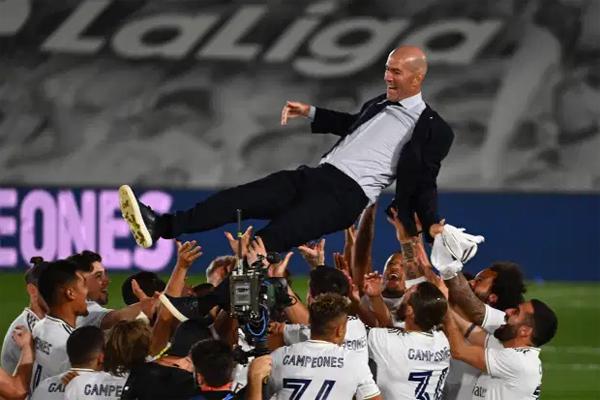 Dàn sao Kền kền trắng tung hô HLV Zidane - người trở lại với nhiệm vụ giải cứu đội bóng đầu năm ngoái. Đây là chức vô địch La Liga thứ hai trong sự nghiệp cầm quân của huyền thoại người Pháp tại Real. Cựu tiền vệ 48 tuổi tiếp tục chứng minh cái duyên với đội bóng cũ cùng tài năng huấn luyện.