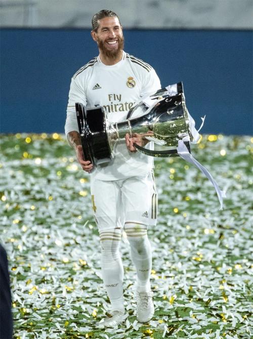 Thủ quân Ramos tươi như hoa cầm Cup chạy quanh sân. Một ngày trước trận đấu, trung vệ thép 34 tuổi khích lệ tinh thần đồng đội bằng bức ảnh cởi trần khoe cơ bắp cùng thần thái mạnh mẽ đầy quyết tâm.
