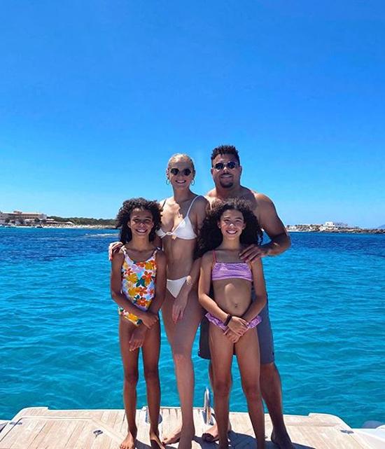 Cựu danh thủ Brazil Ronaldo cùng bạn gái Celina Locks và hai con gái du hý ở Ibiza - địa điểm nghỉ mát quen thuộc trong năm của Người ngoài hành tinh