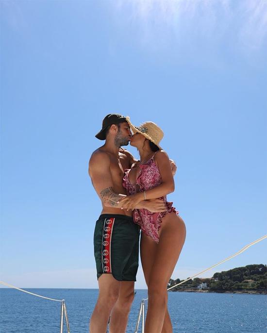 Tiền vệ Fabregas đăng ảnh hôn môi bà xã Daniella Semaan trong kỳ nghỉ