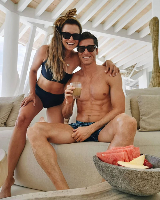 Vợ chồng tiền đạo Lewandowski đăng ảnh mặc đồ bơi