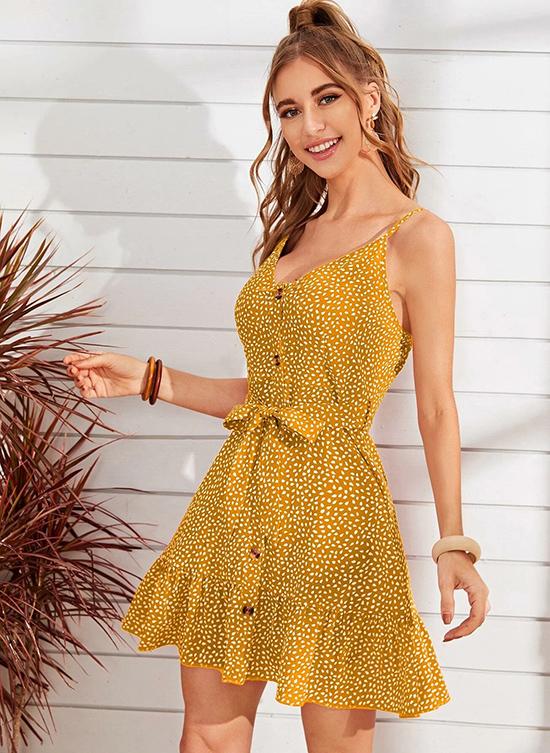 Dây đai thắt nơ  eo là điểm nhấn thú vị trên mẫu váy ngắn xoè mát mẻ, đồng thời giúp người mặc điều chỉnh độ ôm vòng hai một cách tiện lợi.