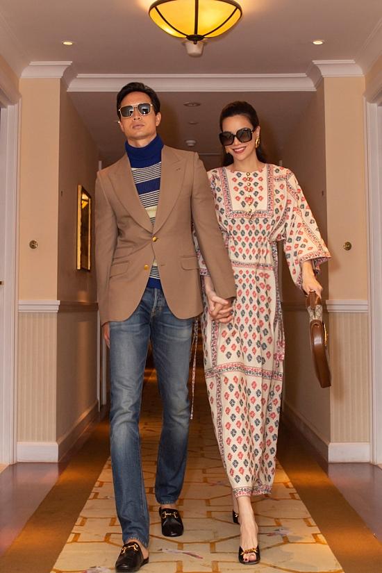 Kim Lý nắm chặt tay Hồ Ngọc Hà đến địa điểm livestream là một khách sạn nổi tiếng.