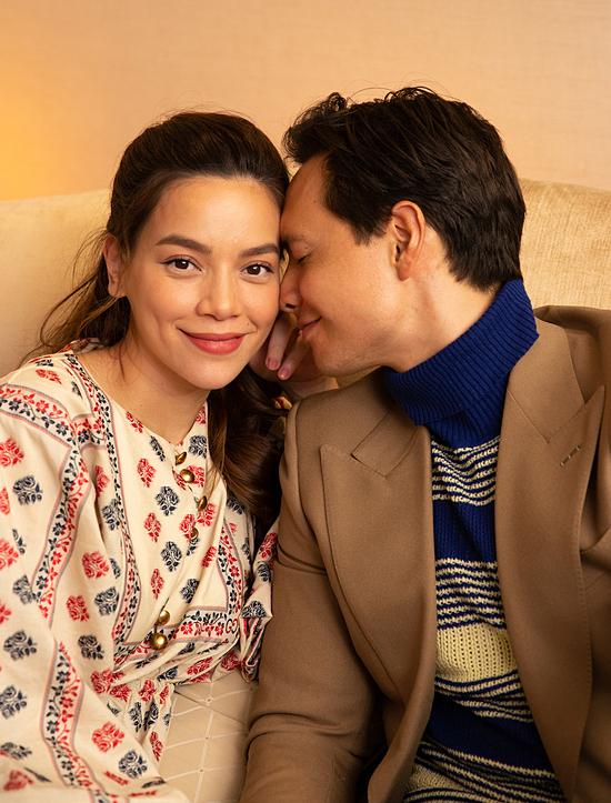 Cặp đôi dành cho nhau nhiều cử chỉ lãng mạn trong hậu trường. Cả hai vừa kỷ niệm ba năm yêu nhau vào cuối tháng 6/2020.
