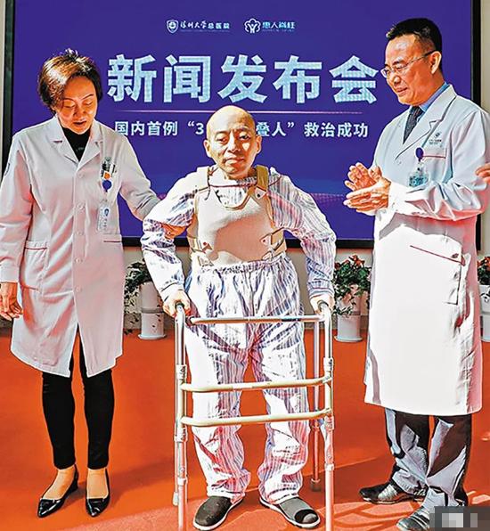 Li Hua tập phục hồi chức nắng với sự trợ giúp của khung tập đi tại bệnh viện. Ảnh: AsiaWire.