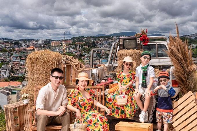 Gia đình Ốc Thanh Vân thực hiện bộ ảnh kỷ niệm trên đồi thông ở Đà Lạt. Cả nhà rạng ngời hạnh phúc khi nghỉ dưỡng cùng nhau nhân dịp sinh nhật bé lớn Coca lên 9 tuổi.