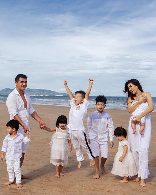 Gia đình Oanh Yến mặc ton-sur-ton trắng dạo chơi trên bãi biển. Các nhóc tỳ hào hứng khi được vui chơi ngoài trời.