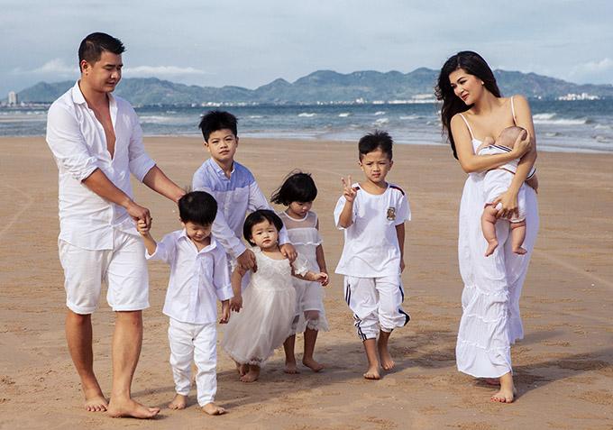 [Caption]Họ có sáu con gồm : Henry Nguyễn (tám tuổi), Gia Tâm (sáu tuổi), Quang Nhật (hơn ba tháng tuổi), Gia Mỹ (hơn bốn tuổi), Gia Đức (ba tuổi) và Như Ý (gần một tuổi).