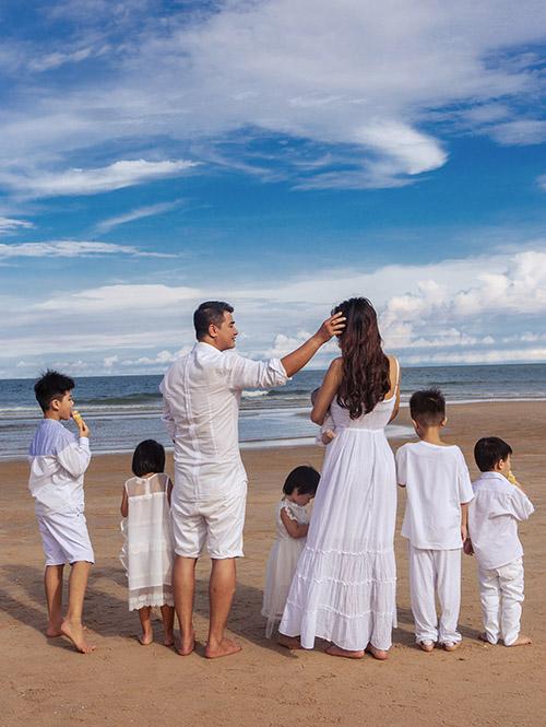 Hoa hậu Toàn cầu 2015 luôn được ông xã doanh nhân yêu thương, cưng chiều. Chồng muốn Oanh Yến sinh thêm con nhưng cô quyết định triệt sản, khoá sổ với 6 nhóc tỳ.