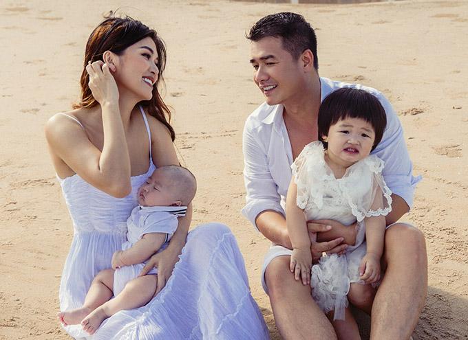 Hoa hậu quê Vũng Tàu lấy lại vóc dáng rất nhanh chỉ sau 3 tháng sinh con. Oanh Yến cho biết nhờ cho con bú mẹ và bận rộn chăm 6 nhóc tỳ nên cô đã giảm cân tự nhiên.