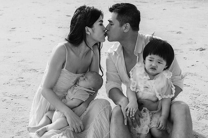 Đôi vợ chồng tranh thủ vừa khoá môi nhanh trên bãi biển.