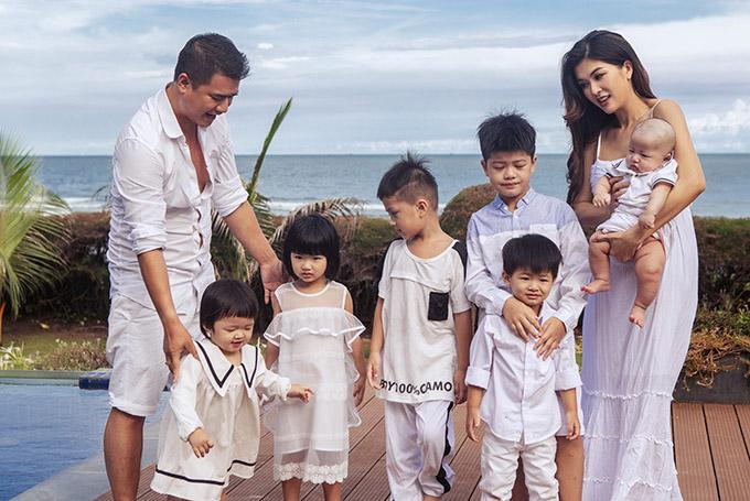 Họ nghỉ dưỡng ở một resort cao cấp bên bờ biển.