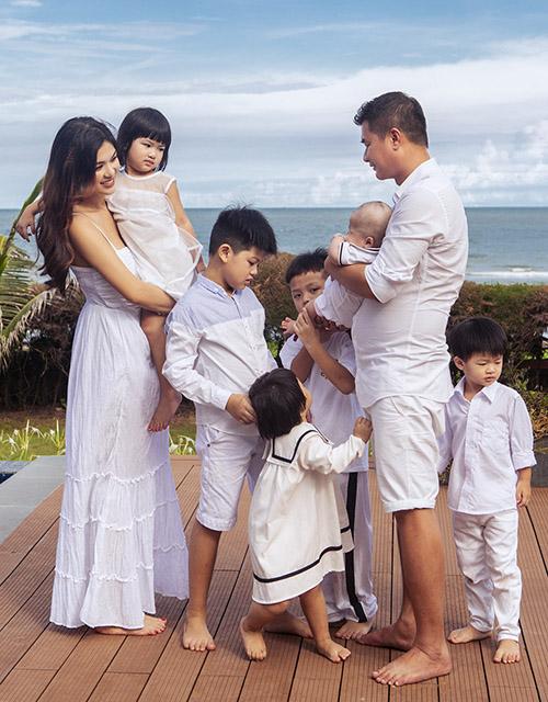 Đàn con của Oanh Yến quấn quýt đua nhau đòi bế mẹ bế bồng.