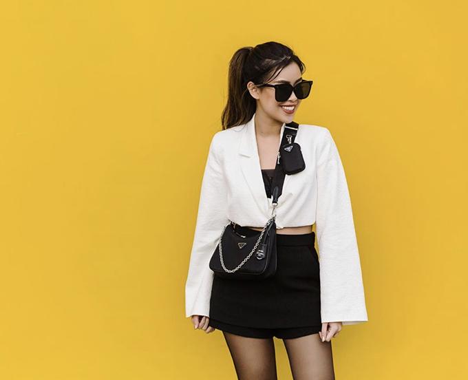 Váy áo in hoa lá rực rỡ là trang phục gắn liền với hình ảnh của Tiên Nguyễn. Tuy nhiên, giúp cô tạo dựng được hình ảnh đẹp và sành điệu lại là những set đồ trắng đen.