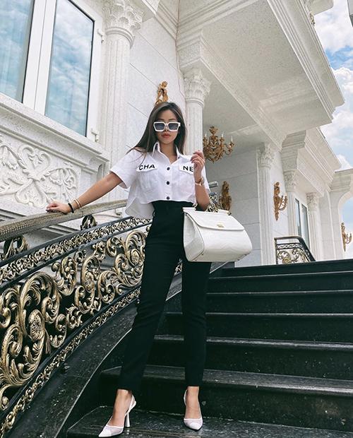 Khi vừa bị chê vì mặc suit hoạ tiết với quần ống loe nuốt dáng, Tiên Nguyễn thay đổi ngay phong cách street style với áo lửng Chanel và quần âu sắc màu tương phản.