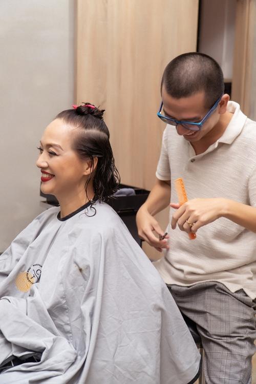 Nghệ sĩ Lê Khanh thử nhiều bộ tóc giả nhưng đều không khiến chị cùng hai đạo diễn và êkíp sáng tạo ưng ý. Cuối cùng, chị chủ động đề nghị được xuống tóc. Gợi ý này của NSND Lê Khanh khiến đạo diễn Bảo Nhân vô cùng bất ngờ.