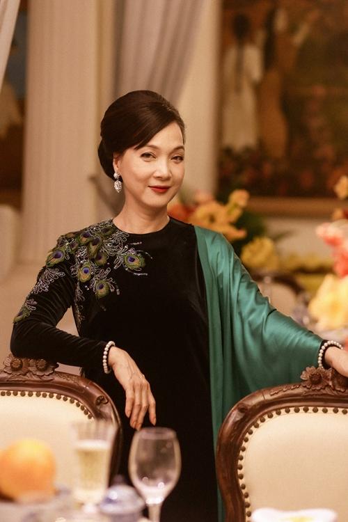 Mùa phim Tết 2020, NSND Lê Khanh trở lại điện ảnh sau nhiều năm vắng bóng với vai diễn quý bà gốc Hà Nội làm dâu xứ Huế Thái Tuyết Mai trong phim Gái già lắm chiêu 3. Chị nổi bật trong phim với vẻ đẹp quý phái, mái tóc được vấn cao và những bộ đồ sang trọng.