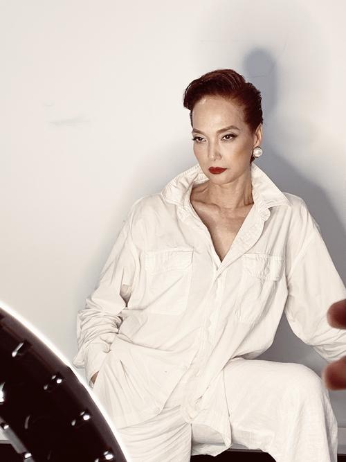 Phụ trách phục trang cho vai diễn của NSND Lê Khanh là NTK Đỗ Mạnh Cường.