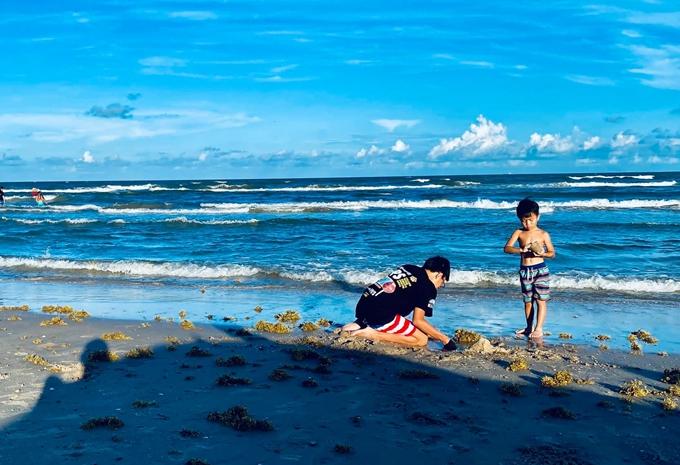 Địa điểm mà Hồng Ngọc chọn đưa con tới là bãi biển gần nhà. Dù không phải nơi các bé mong ước được tham quan nhưng chúng vẫn rất phấn khích tận hưởng kỳ nghỉ.