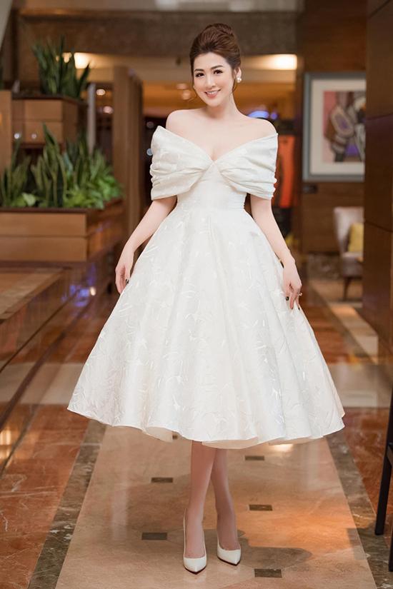 Á hậu Tú Anh hóa công chúa ngọt ngào trong chiếc váy trễ vai xòe rộng bồng bềnh của Lê Thanh Hòa. Chi tiết xẻ ngực chừng mực cũng tôn lên vòng một đầy đặn của người đẹp 27 tuổi.