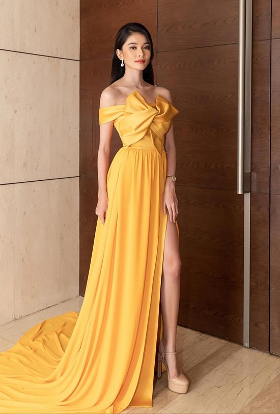 Thiết kế trễ vai gam vàng nổi bật, xẻ cao gợi cảm của á hậu Thùy Dung trở nên thu hút hơn khi được bổ sung chi tiết thắt nơ bản lớn trước ngực.