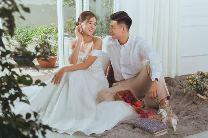 Ở bộ ảnh chụp theo concept lãng mạn, NTK Nguyễn Hà Nhật Huy gợi ý cô dâu diện váy cưới tối gián, được cắt cúp, tạo điểm nhấn theo xu hướng thời trang hiện đại. Chất liệu váy là lụa hai da (twist silk) dày, pha trộn từ 50% silk và 50% visco, có ánh sắc đẹp, mềm mại, có độ bóng, dễ ủi, ít nhăn và có độ bền cao, tôn dáng của người mặc.
