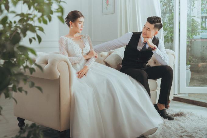 Chụp ảnh studio không gò bó về không gian, ảnh hưởng từ nhiệt độ môi trường nên có thể giúp cô dâu chú rể thỏa sức sáng tạo, suy nghĩ về dáng chụp.