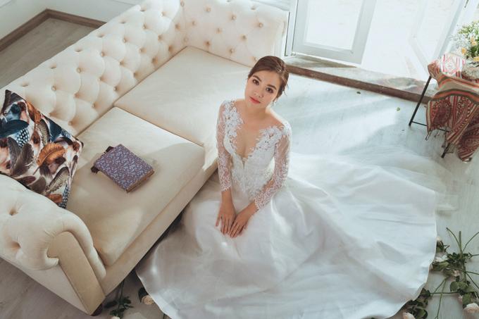 Cô dâu nên chuẩn bị nhiều váy để bộ ảnh thêm phong phú. Mẫu váy cưới từ lụa hai da được đính ren thêu cao cấp, có đường cut out tinh tế là gợi ý cho cô dâu thích sự gợi cảm, duyên dáng.