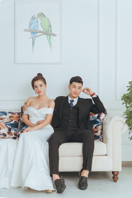 Váy cưới tiếp theo lấy cảm hứng từ đầm cưới tối giản thập niên 1960. Bộ cánh giúp cô dâu khoe nét đẹp hình thể với tay trễ, phom dáng đuôi cá ôm sát.