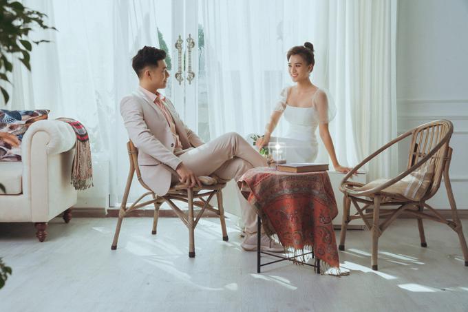 Cô dâu chú rể giữ sự tương tác trong hình cưới thông qua ánh mắt. Váy cưới đơn giản với tay phồng là gợi ý tiếp theo, phù hợp concept ảnh Hàn Quốc. Mẫu đầm chữ A không kén dáng, tạo sự thoải mái khi diện.
