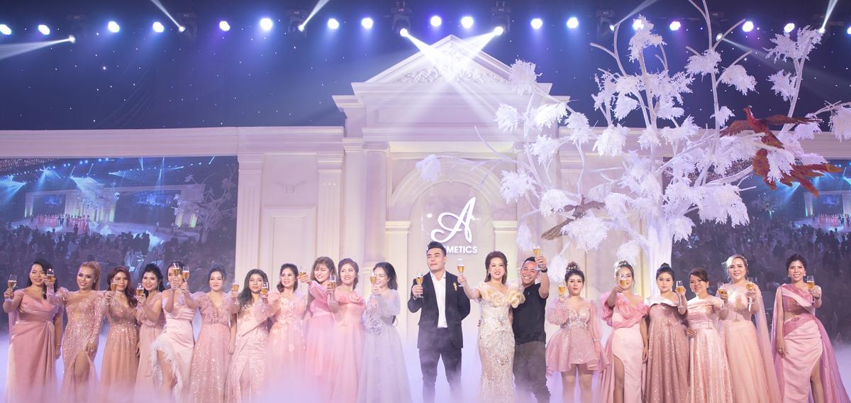 Các nghệ sĩ và các đối tác cùng nâng ly chúc mừng những thành công của A Cosmetics.