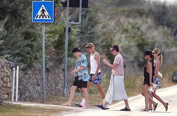 Vic mặc bộ đồ mát mẻ cùng ba con trai lớn và con dâu tương lai rảo bước qua đường trong kỳ nghỉ.