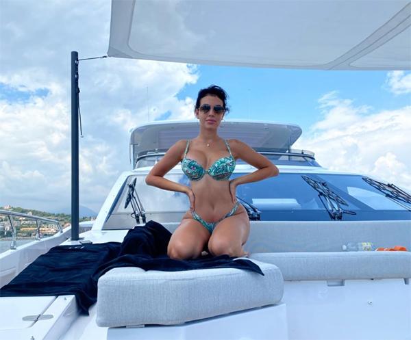 Bạn gái C. Ronaldo khoe ba vòng bốc lửa trên du thuyền. Ảnh: Instagram.