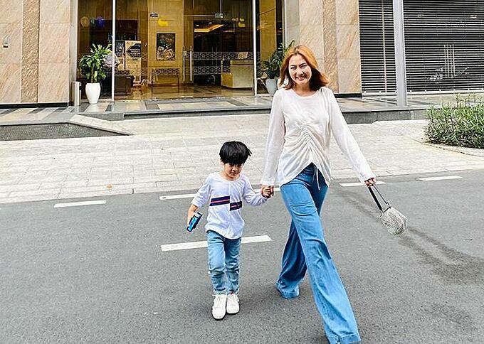 Diễn viên Ngọc Lan và con trai lên đồ sành điệu, dự sinh nhật con của một người bạn.